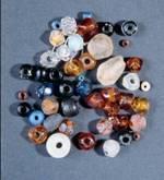 Glasperler fundet i den første danske koloni i Grønland 1721-28: Haabetz Colonie. Glasperler produceret i Amsterdam og Venedig hører til de vigtigste europæiske handelsvarer mellem 1600 og 1900. (foto: Erik Holm, Grønlands Nationalmuseum og Arkiv.)